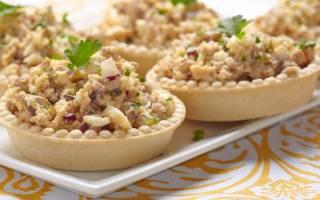 Салат в тарталетках из печени трески