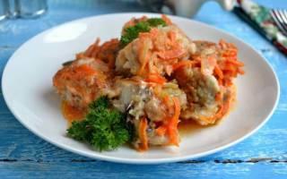 Тушеный хек с луком и морковью