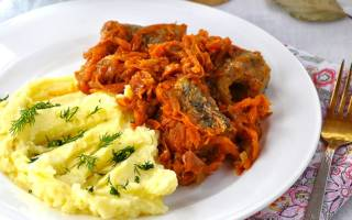 Пикша тушеная с луком и морковью
