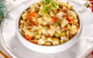 Салат с печенью трески и сухариками