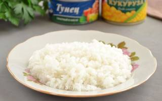 Салат с тунцом и кукурузой и яйцом