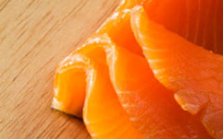 Салат из красной рыбы с помидорами и сыром